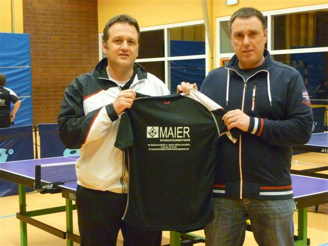 Der TTV-Vorsitzende Ralf Stiel (li.) bedankt sich bei Sponsor Dietmar Maier für die neuen Jugendtrikots